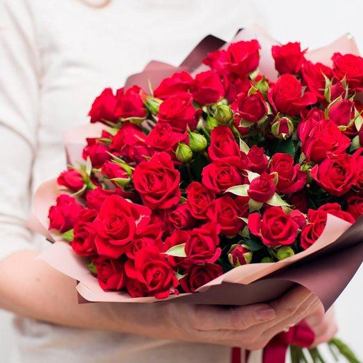 Букет из 15 красных кустовых роз 50 см: букеты цветов на заказ Flowwow