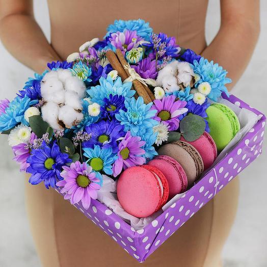 Коробка с макарунами. Хризантемы, ромашки и хлопок