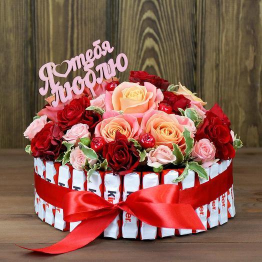 Композиция из роз с киндер шоколадом
