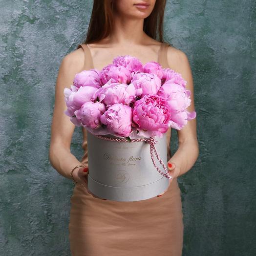 Пионы в стильной коробоче: букеты цветов на заказ Flowwow