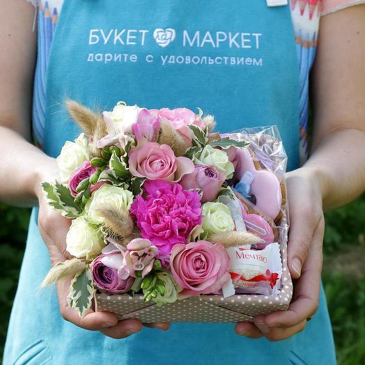 Коробка из роз с пряниками и конфетами раффаэло: букеты цветов на заказ Flowwow