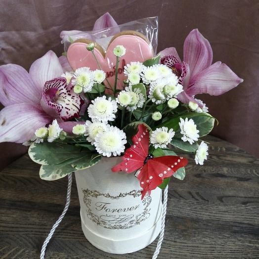 Цилиндр с пряником и орхидей с любовью: букеты цветов на заказ Flowwow