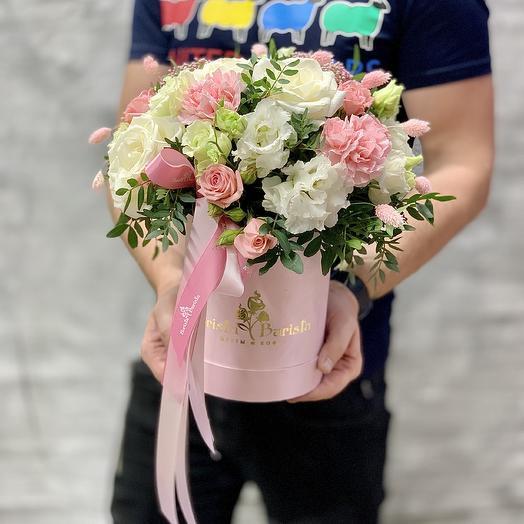 Нежная коробочка с розами и лизиантусом