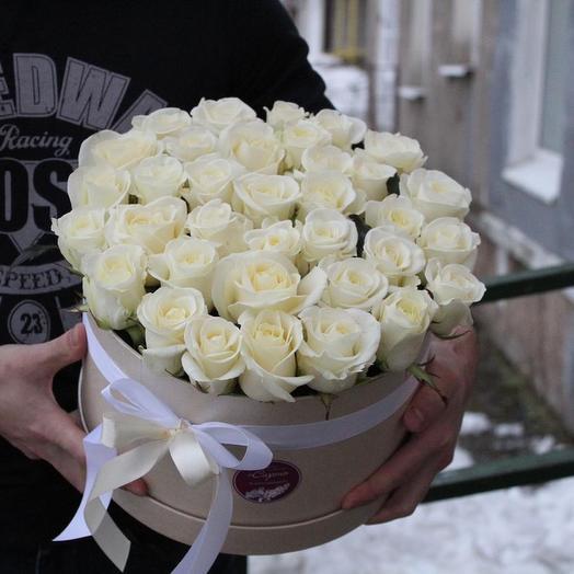 35 белых роз в коробке