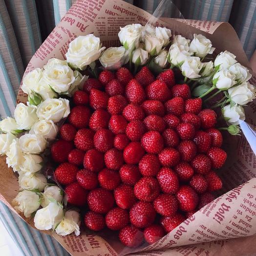 Букет из Свежей Клубники и Кустовой Розы XL