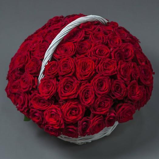 101 красная роза в плетенной корзине