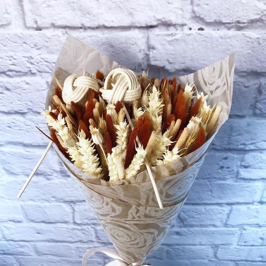 Букет из сухоцветов с декором из ротанга