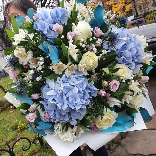 Шикарный букет с голубой гортензией