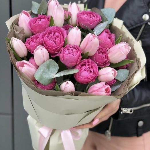 Букет из тюльпанов и кустовых пионовидных роз