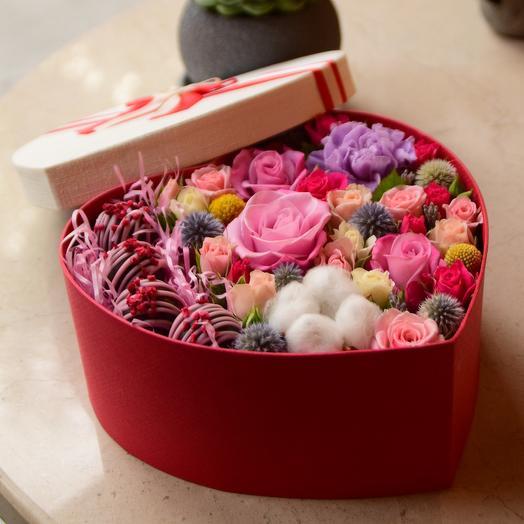 Коробочка Восхищение с цветами и конфетами Вип Кэнди