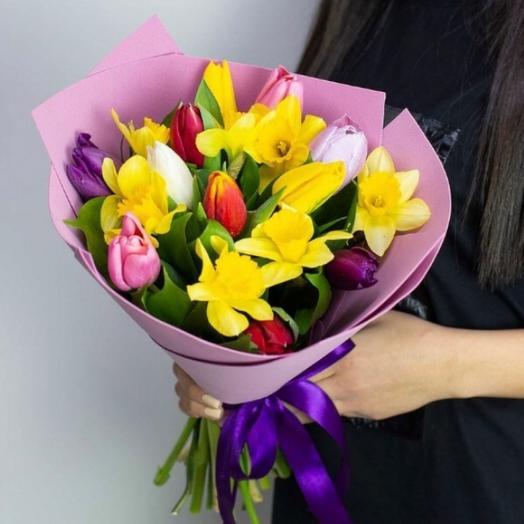 Букет из 10 разноцветных тюльпанов и 9 желтых нарциссов