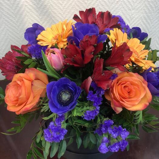 Цветы в коробке с анимонами и герберами