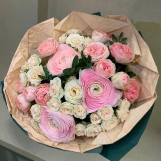 Букет из ранункулюсов и кустовой розы