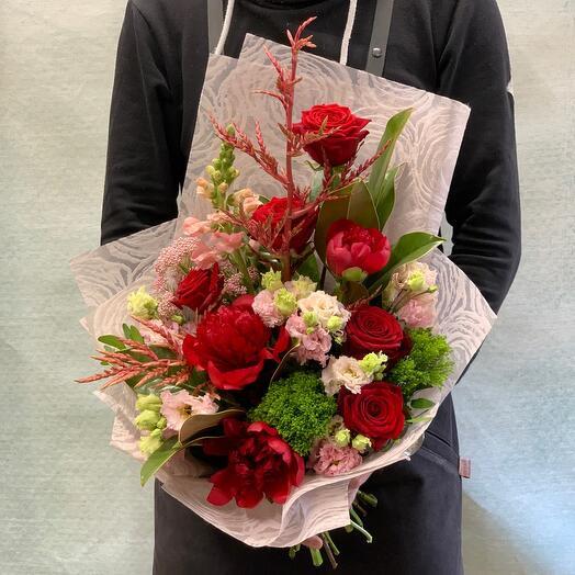 Экзотический букет с пионами,розами и бромелией
