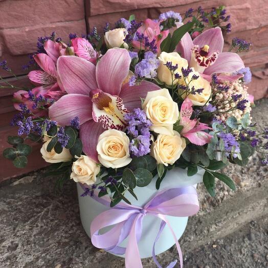 Композиция в шляпной коробке с орхидеями