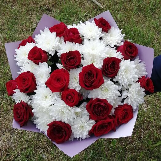 Букет из бордовых роз и хризантем