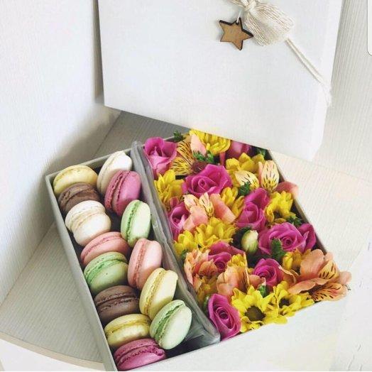 Цветочная коробочка с печеньем макарунс: букеты цветов на заказ Flowwow