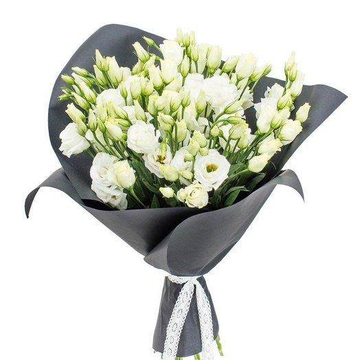 Эустома в черной стильной упаковке: букеты цветов на заказ Flowwow