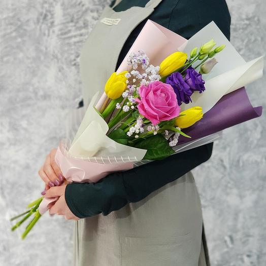 Милый букет из роз, тюльпанов и лизиантуса: букеты цветов на заказ Flowwow