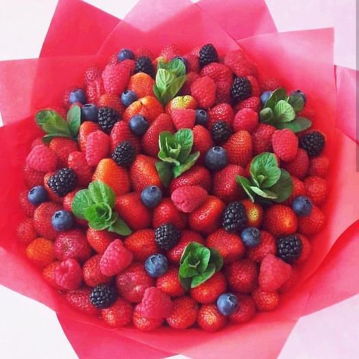Клубника, голубика и малина в букете «Ягода»: букеты цветов на заказ Flowwow