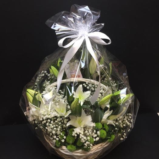 Корзина лилий с гипсофилой и хризантемами: букеты цветов на заказ Flowwow
