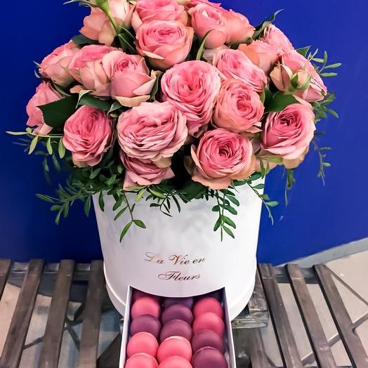 Коробка с макарунами и пионовидной розой: букеты цветов на заказ Flowwow