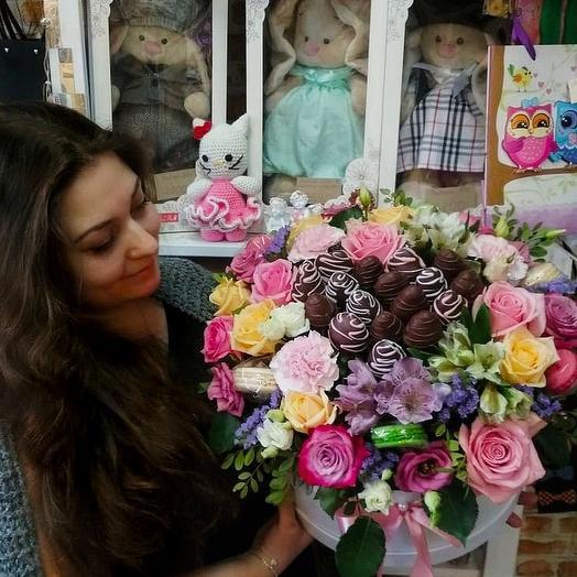 Композиция с клубникой в шоколаде и макаронсами: букеты цветов на заказ Flowwow