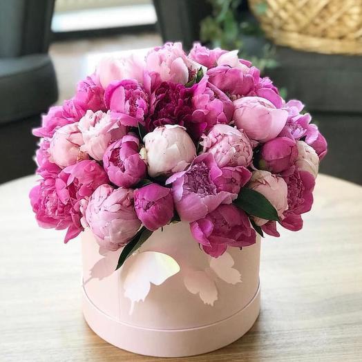 Пионы в шляпной коробке 51 шт: букеты цветов на заказ Flowwow