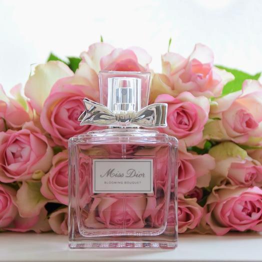 Набор 25 розовых роз и Miss Dior Blooming Bouquet 50 мл