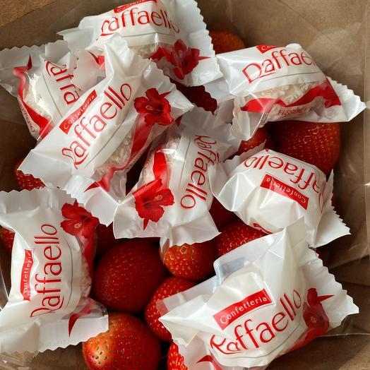 Букет Клубничный Raffaello: букеты цветов на заказ Flowwow