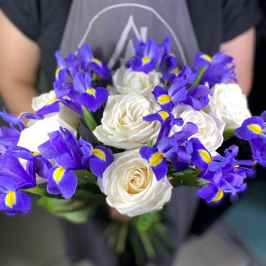 Букет из белых роз и ирисов