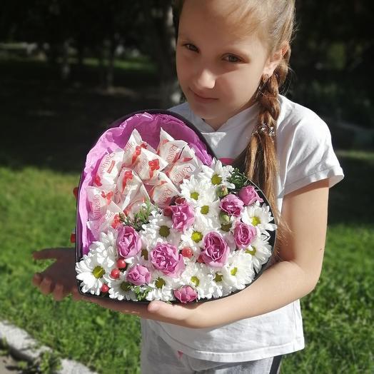Сердце из живых цветов и сладости