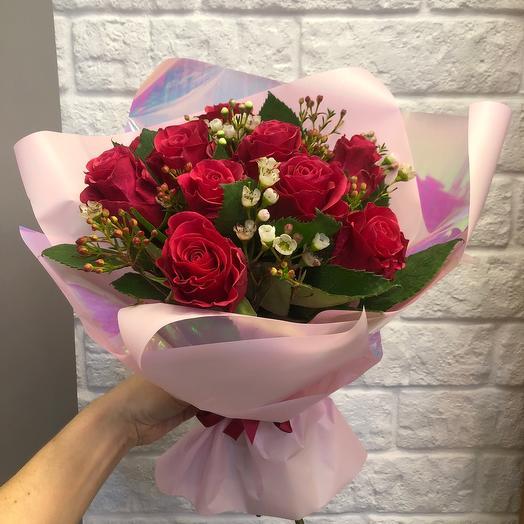 малиновые розы в букете