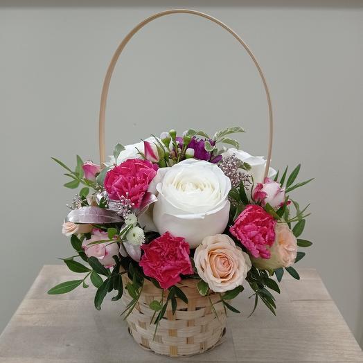 Корзина с пионовидными розами диантус