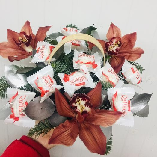 Орхидеи с конфетами в лукошке ( цвета орхидеи могут быть любыми