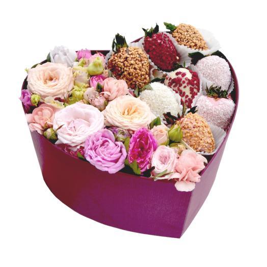 Коробка с цветами и клубникой в шоколаде от кондитера