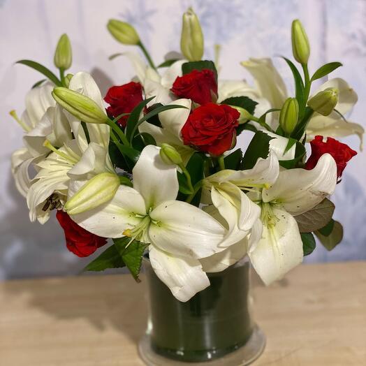Букет на оазисе «Розы Лилии»