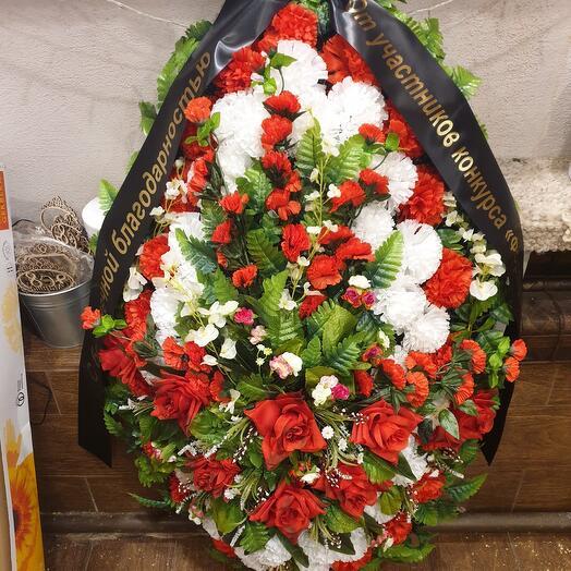 Красно-белый венок из искусственных цветов с лентой