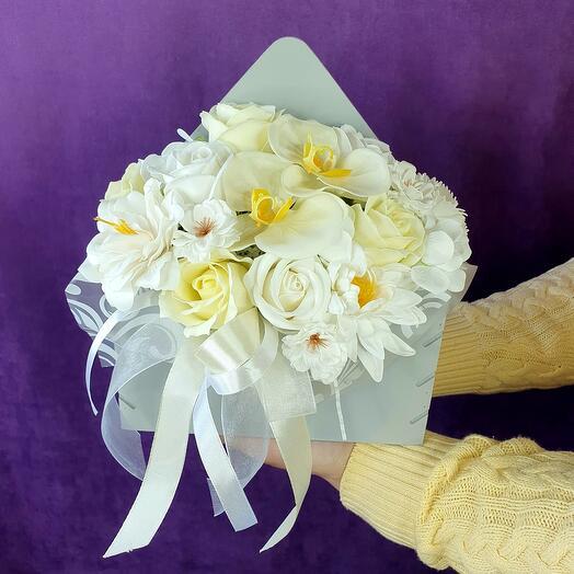 Белая композиция из мыльных цветов в конверте