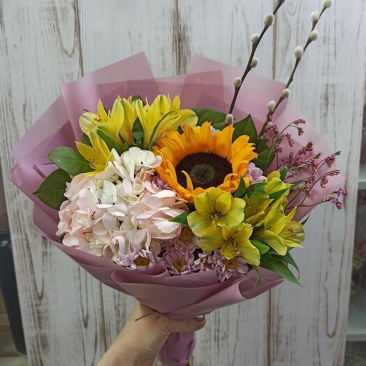 Красивый букет с гортензией, подсолнухом и ассорти цветов