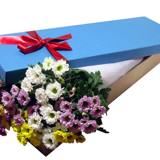 Шляпная коробка с разноцветными Хризантемами: букеты цветов на заказ Flowwow