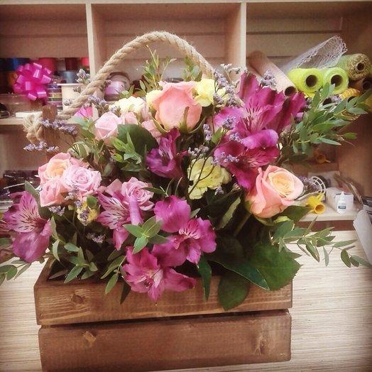 Декоративный ящик из альстромерии и роз
