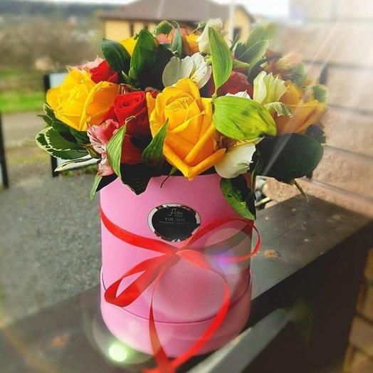 Коробка с розами и альстромериями: букеты цветов на заказ Flowwow