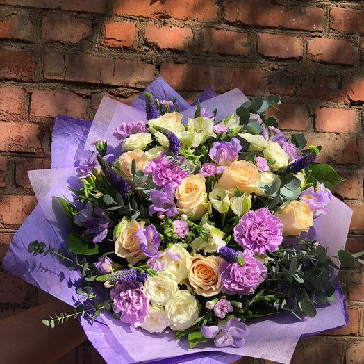 Букет из фиолетовых и кремовых цветов