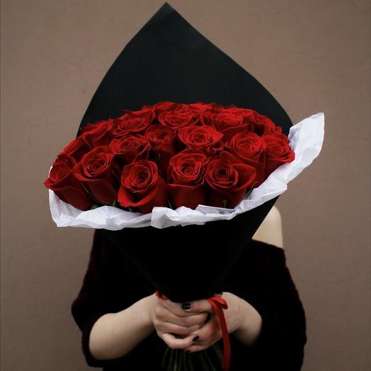 25 роз в черном крафте: букеты цветов на заказ Flowwow
