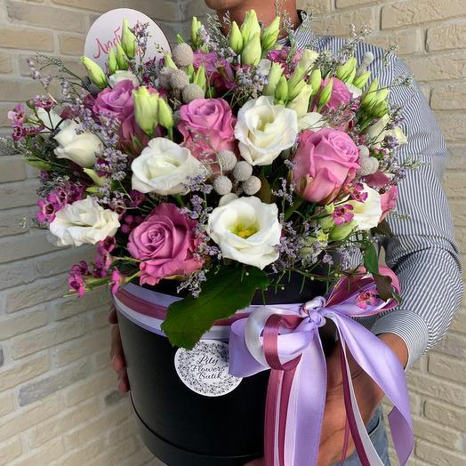 Коробка с кенийской розой и лизиантусами