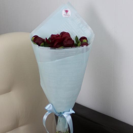 7 красных пионов в дизайнерской упаковке: букеты цветов на заказ Flowwow