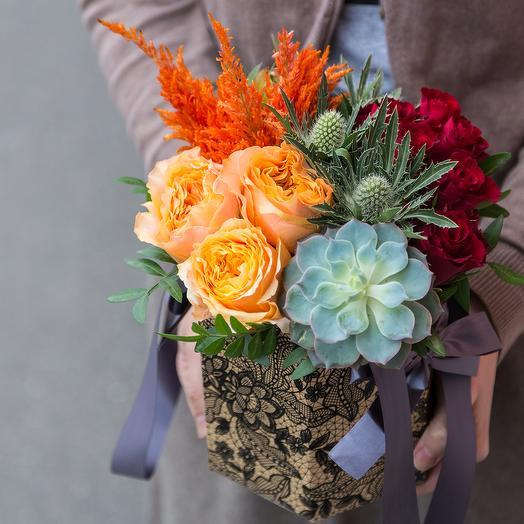 Коробка с розами и эхеверией: букеты цветов на заказ Flowwow