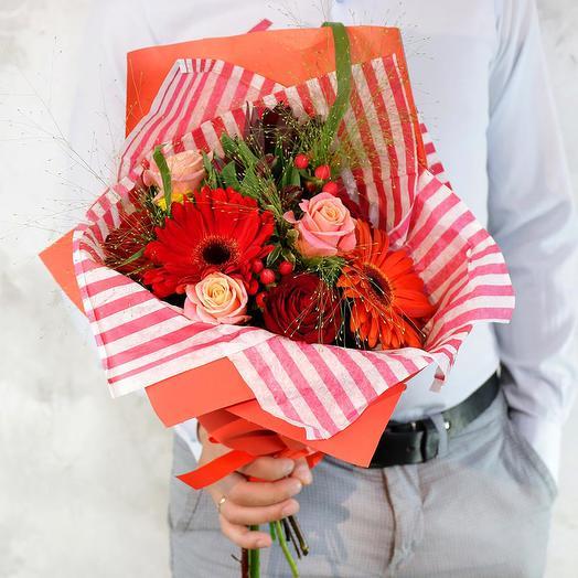 Букет из роз гербер и гиперикума: букеты цветов на заказ Flowwow