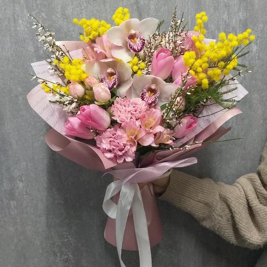 Букет с орхидеей и мимозой